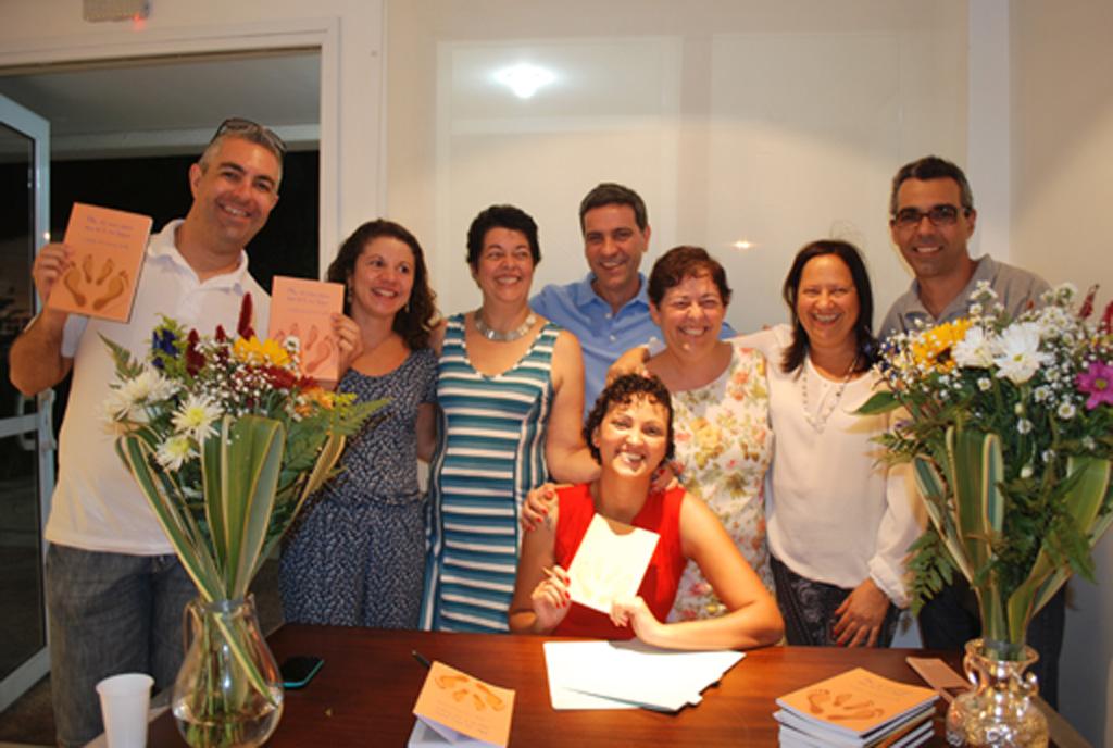 Claudia Zanardi autografa livro sobre adoção